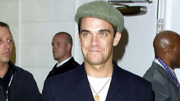 Robbie Williams Flirts With a 15 Year Old Fan
