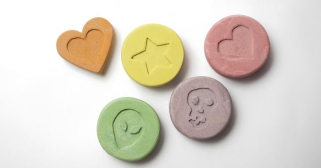 characteristics of ecstasy and raves Definition of rave drugs people who take ecstasy at raves say that this entactogenic has induced many of the characteristics of an nde by electrically.