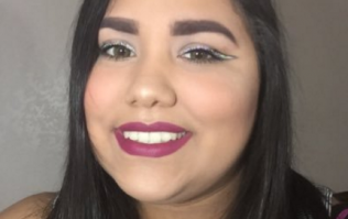 This MUA's seriously clever way to get a background for her makeup is hilarious
