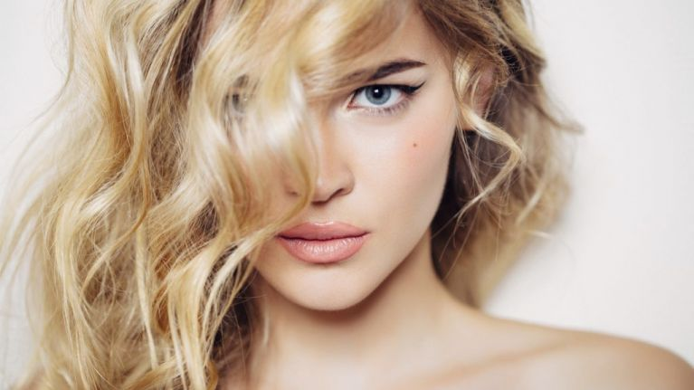 Keep your hairstyle in place with these simple tips | Her.ie