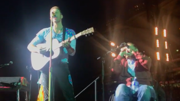 Coldplay fan on wheelchair crowd surfed his way onto stage