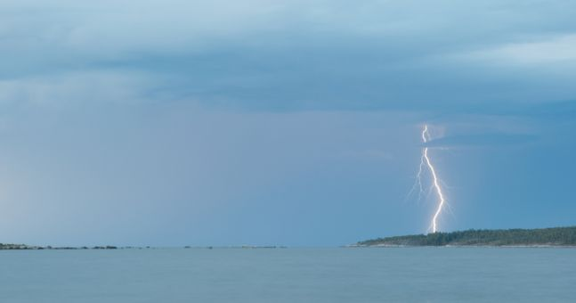 Four people hit by lightning in front of wedding guests