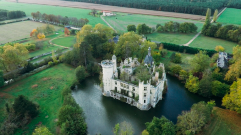 More than 9,000 people are buying this French castle together and it is goals