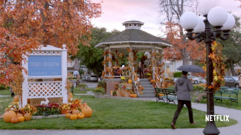 This Gilmore Girls fan got engaged on the ACTUAL Stars Hollow gazebo