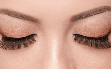 Woman's 'gross' allergic reaction to eyelash extensions left eyes swollen