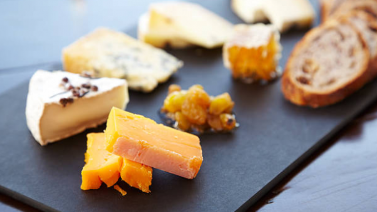Important: this is how to make the perfect cheese board for a night in