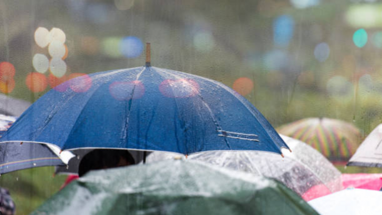 'Heavy rain and gales'... Met Éireann say the weather is going to be manky today