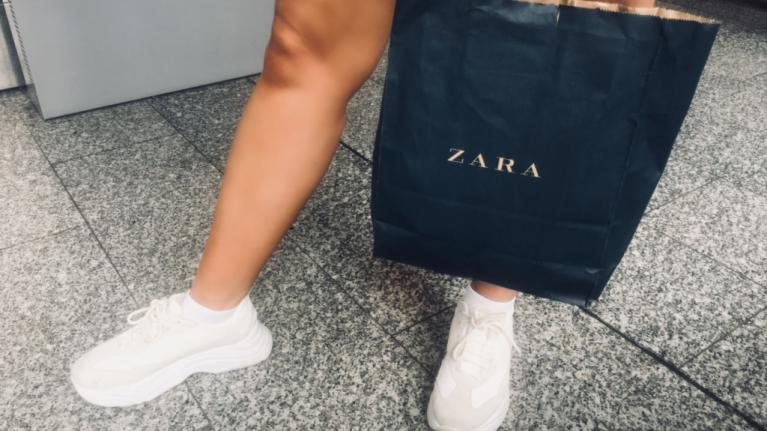 The super flattering €30 Zara jeans we're putting on and never taking off