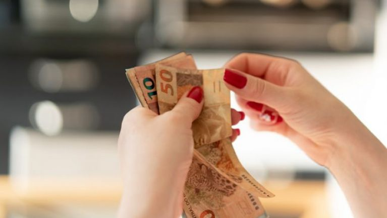 Over 30 percent of Irish adults are 'struggling' or 'stretched' financially