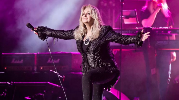 Bonnie Tyler has a badass ritual before going on stage and if possible we love her even more!