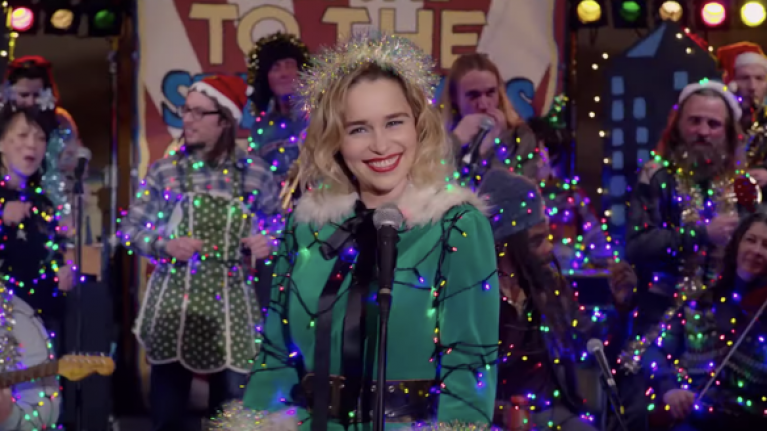 Wham Last Christmas.Emilia Clarke Sings Wham Classic In New Trailer For Holiday