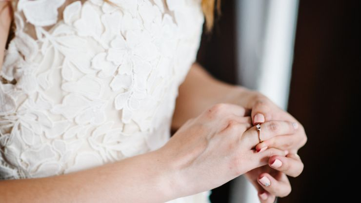 Bride adds dad's ashes to her nails so he can 'walk her up the aisle'