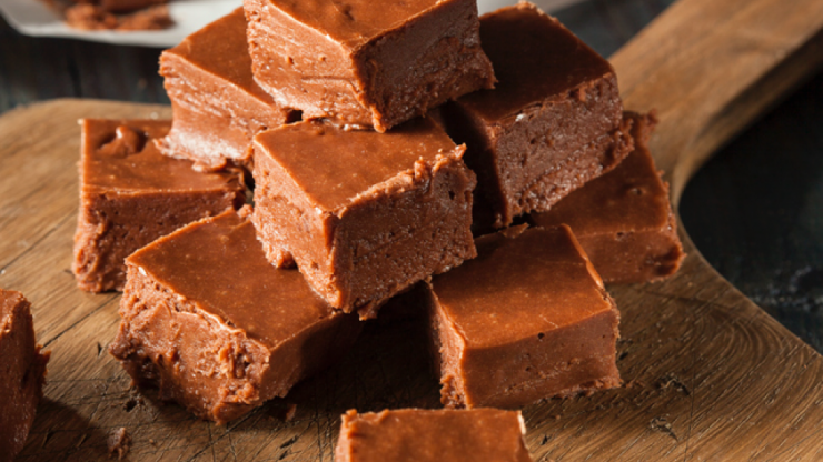You only need five ingredients for this delicious Maltesers and Baileys fudge