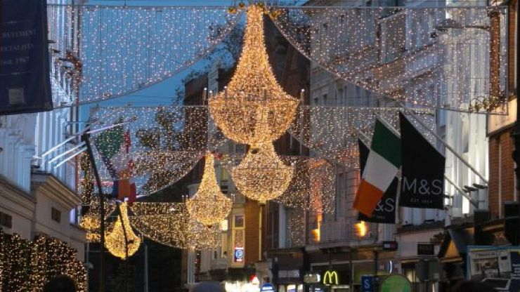 Singing crowds gather on Grafton Street amid Level 5 restrictions