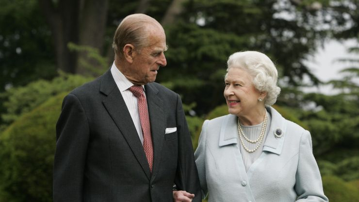 Queen signs note 'Lilibet' in final goodbye to Prince Philip