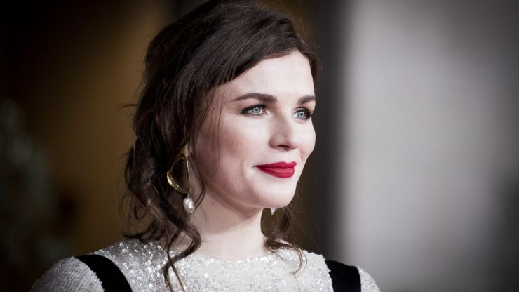Aisling Bea uses sexist article to brilliantly promote local business