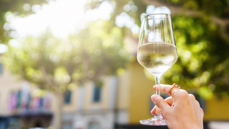 This is how you can fully chill a bottle of wine in 15 minutes