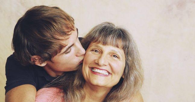 старая бабушка отсосала у молодого и дала в волосатую жопу