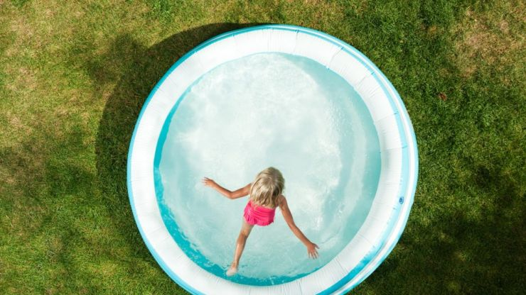 Super simple trick to keep paddling pool clean when your kid isn't using it