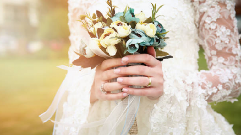 Bride refuses to pay florist for her wedding flowers and things got VERY heated