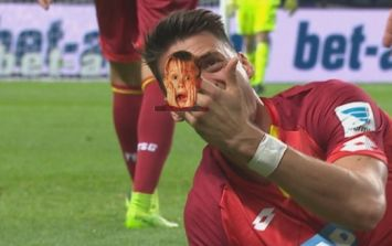 Bundesliga forward somehow didn't freak out when he noticed finger injury