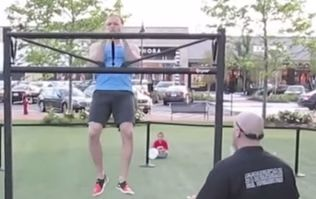 US man smashes Guinness World Record for most clap pull-ups in one minute (Video)