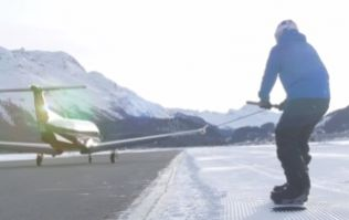 British snowboarder gets towed by a plane at world record speed of 125 kmh (Video)