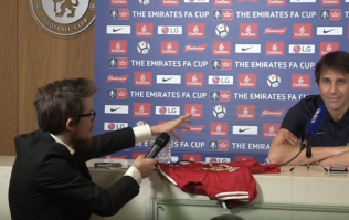 """WATCH: Antonio Conte shows the restraint of a saint after being handed signed Man Utd jersey by """"journalist"""""""