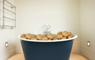 Man caught filling hotel bathtub up with potatoes while wearing a bra on drugs