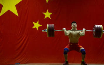 Insane footage of Olympic weightlifter squatting 300kg