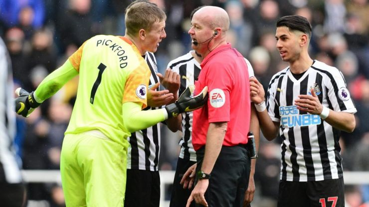 Jordan Pickford somehow evades sending off after rugby tackling Salomon Rondon to ground