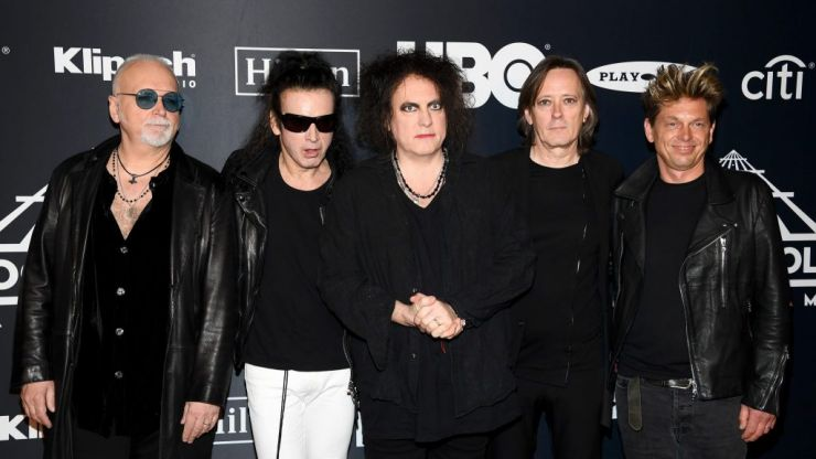 The Cure's Robert Smith has absolutely incredible response to overly perky American interviewer