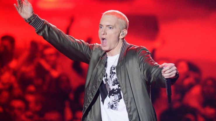 Eminem refuses to perform Killshot and lays into Machine Gun Kelly on stage