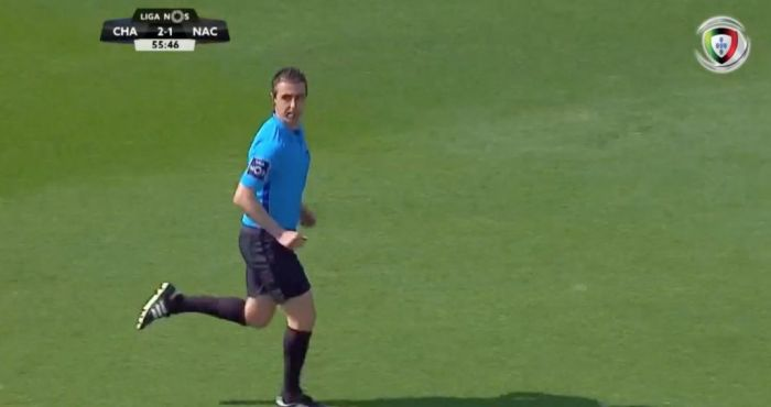 Assistant referee stops match for three minutes to go to the toilet