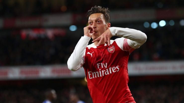 Mesut Özil commits his future to Arsenal
