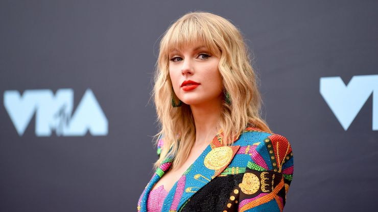 Taylor Swift pays £23,000 for a London student to go to university