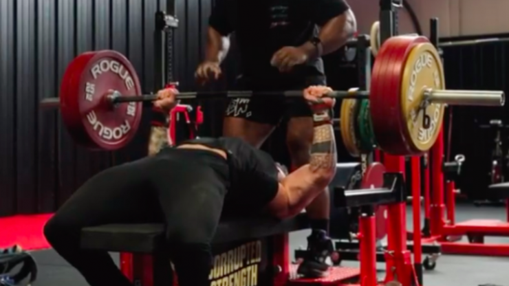 American breaks world bench press record in casual gym session