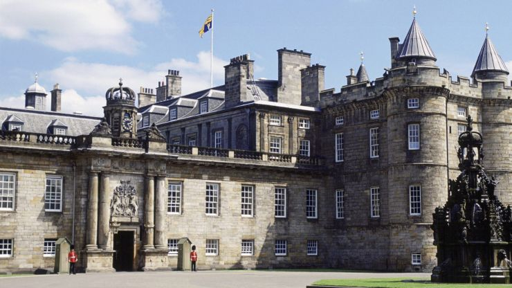 Man arrested after bomb squad called to 'suspicious item' at Queen's residence
