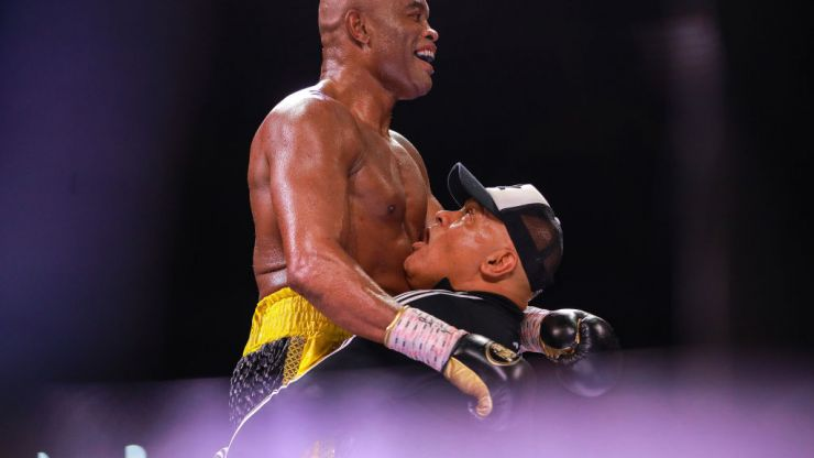 Anderson Silva wins on return to boxing