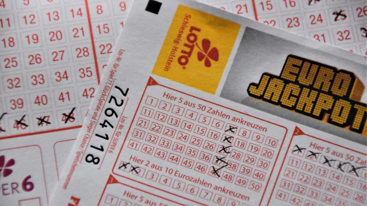 Aunt who paid for nephew's winning lottery ticket demands he hand over cash
