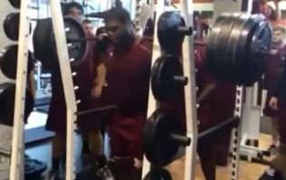 Video: College football offensive lineman squats 365kg with barely a bother on him