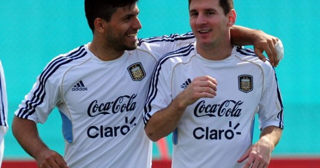 Video: Lionel Messi and Sergio Aguero play some outrageous keepy-uppys over a fence