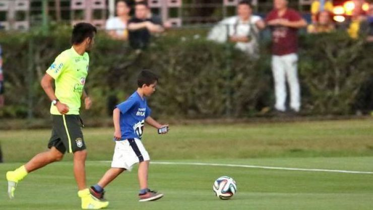 Video: Neymar stops for selfie with young pitch invader