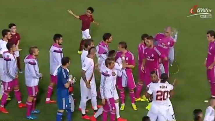 Video: Roma's Seydou Keita refuses to shake Pepe's hand and throws a water bottle at him