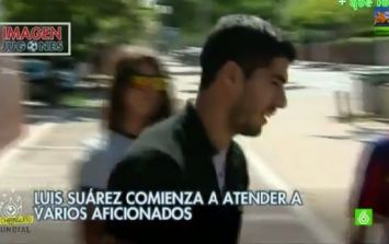 Video: Luis Suarez forgets his keys, is forced to wait on the street with Barcelona fans