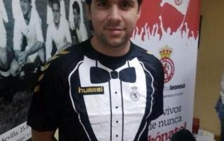 Pic: This Spanish side's tuxedo jersey looked even more amazing in its first team photo last night
