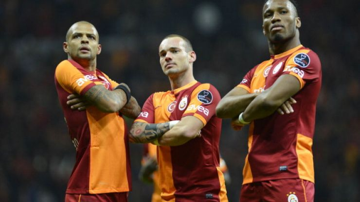 GIF: Wesley Sneijder pulls off a cheeky pass with his ass