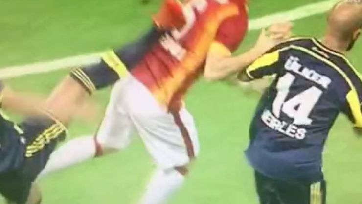 Vine: Fenerbahce's Bruno Alves sent off for this astonishing kick at Galatasaray player