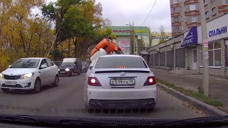 Video: A truck in Russia fell into a sinkhole while driving down a busy street