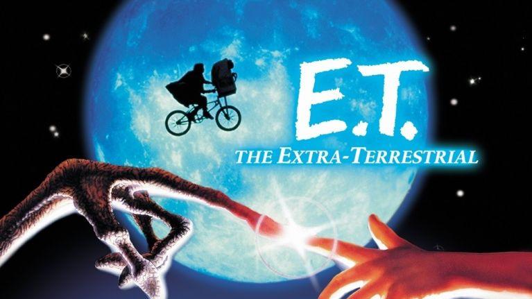 et main image 1024x611 - E.T. è ritornato dallo spazio profondo per far visita al suo vecchio amico